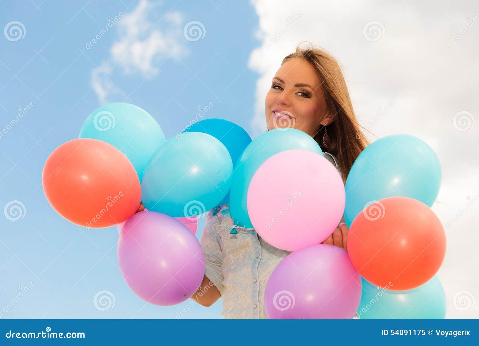 Tienermeisje met kleurrijke ballons