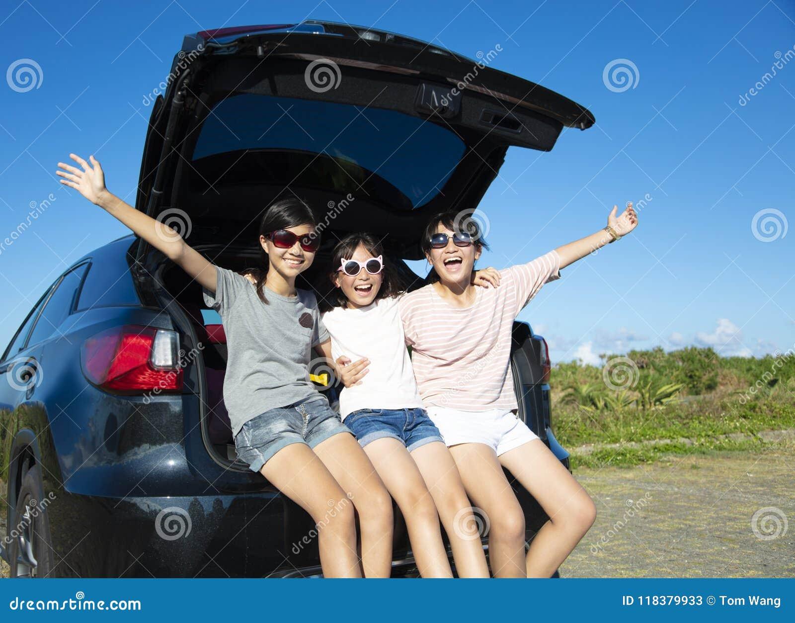Tienermeisjes die pret in wegreis hebben bij de zomer