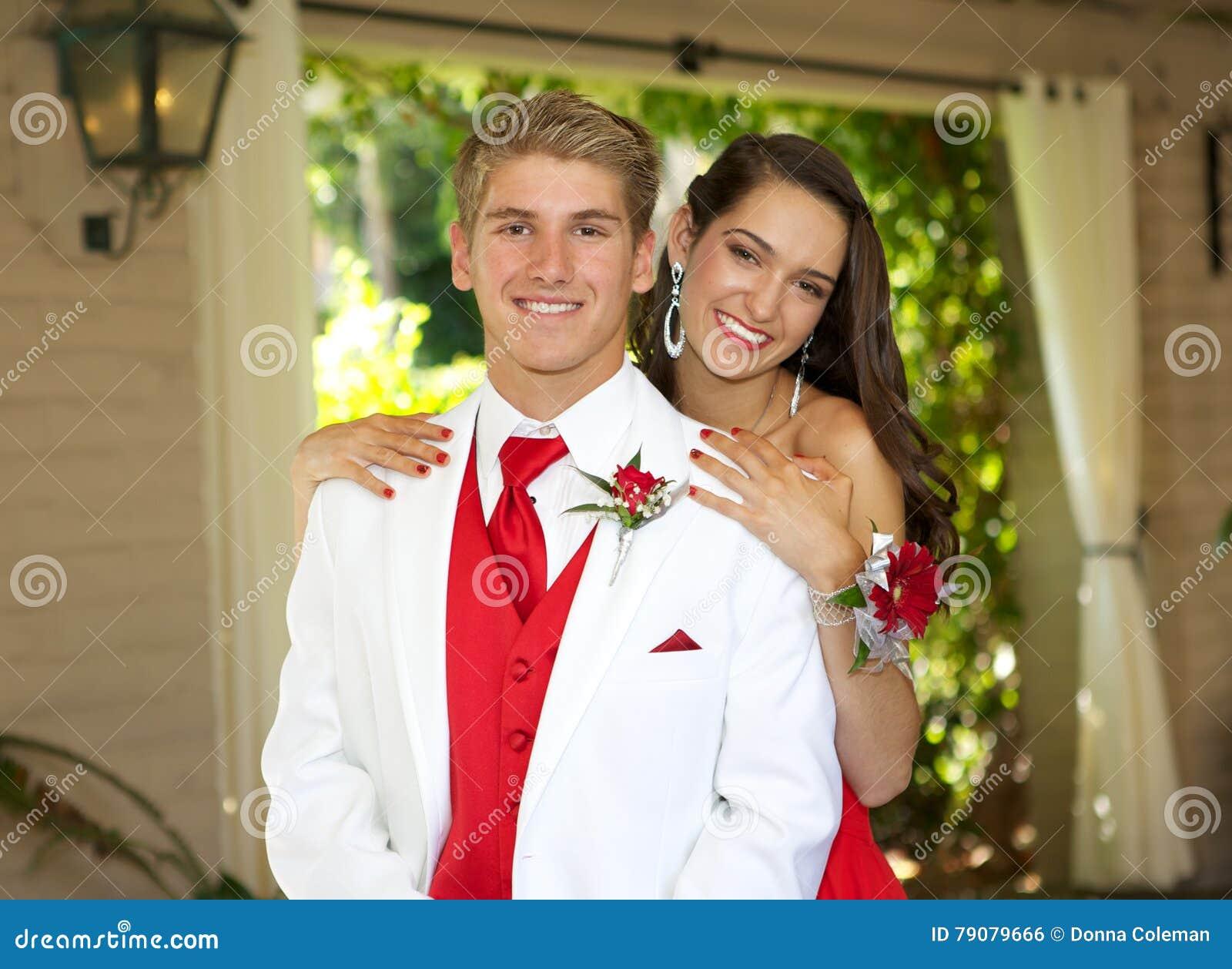 Tienerpaar die naar Prom-het stellen voor een foto gaan