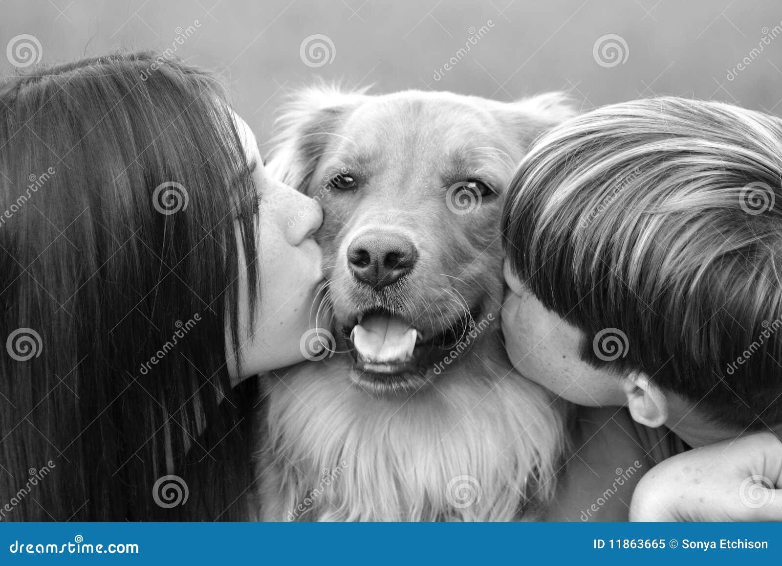 Tieners die Hond kussen