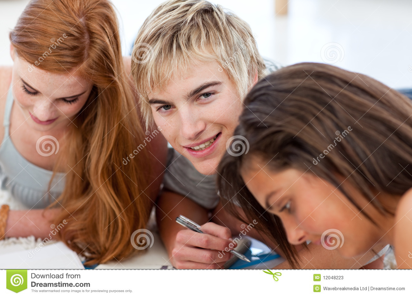 Tieners die samen het liggen op de vloer bestuderen stock foto 39 s afbeelding 12048223 - Foto tiener ruimte meisje ...