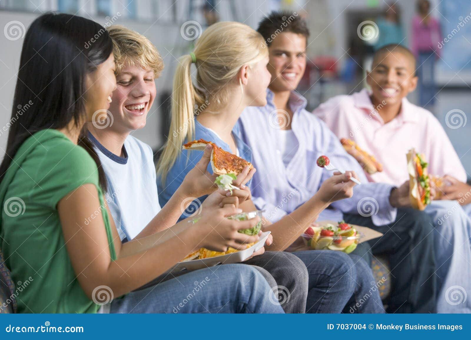 Tieners die van lunch samen genieten
