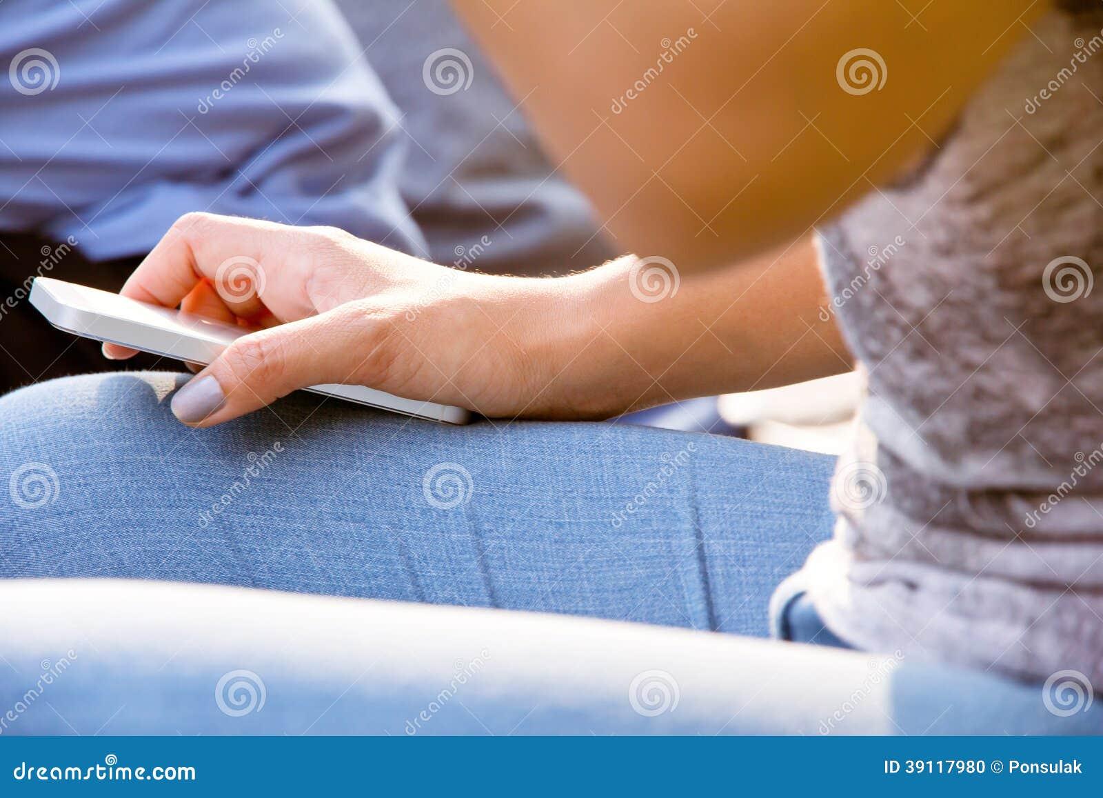 Tieners met Mobiele Telefoon