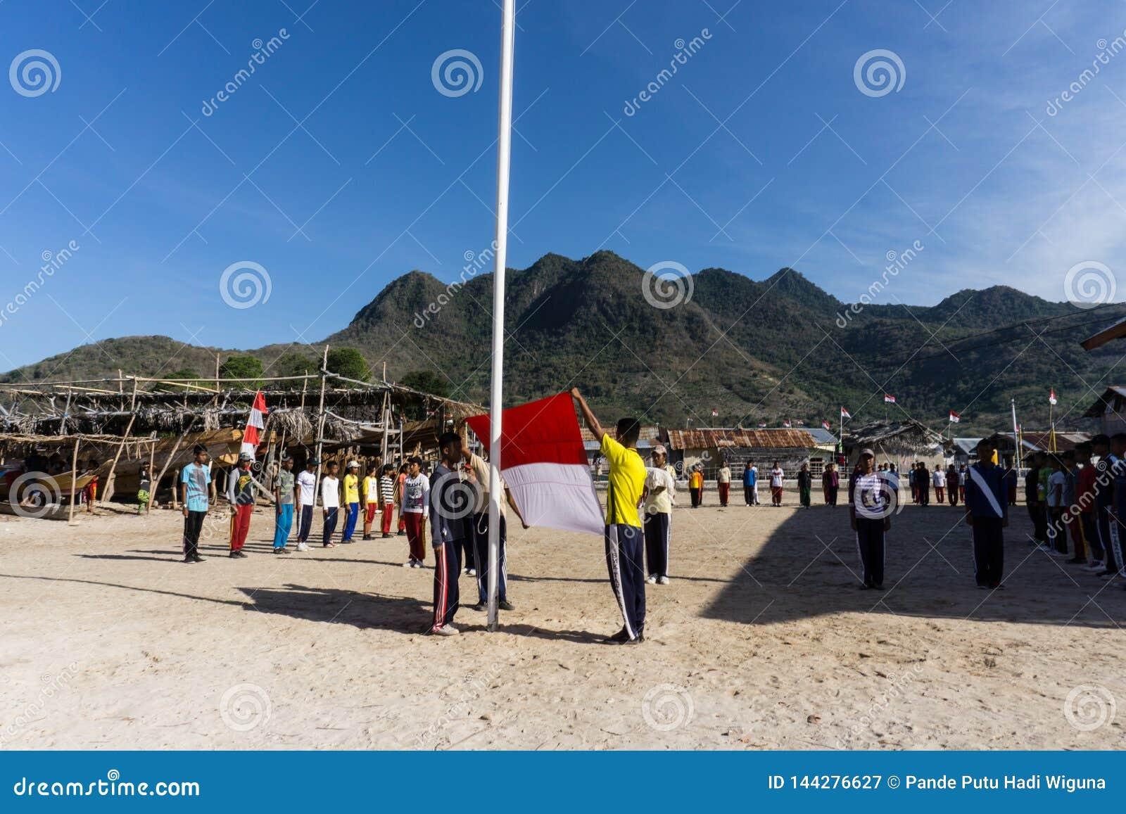 Tienertrein voor de onafhankelijke dag van Indonesië in het kleine eiland met berg bij de achtergrond
