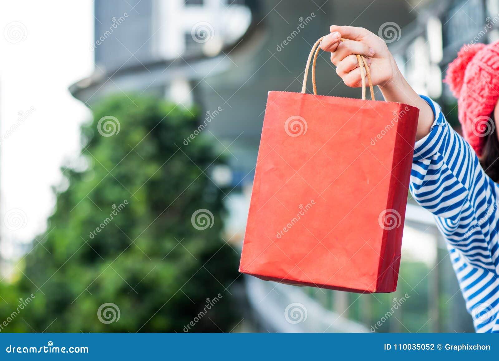 Tienervrouwen die een het winkelen zak houden