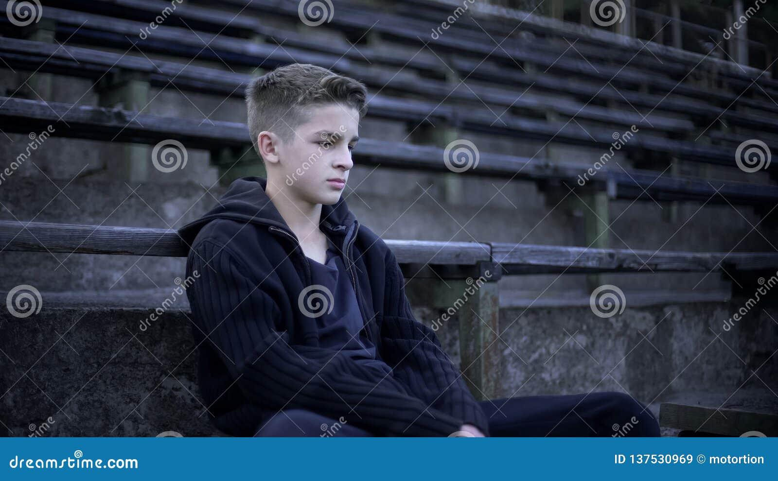 Tienerzitting op stadiontribune, verwoesting en armoede, stad na oorlog