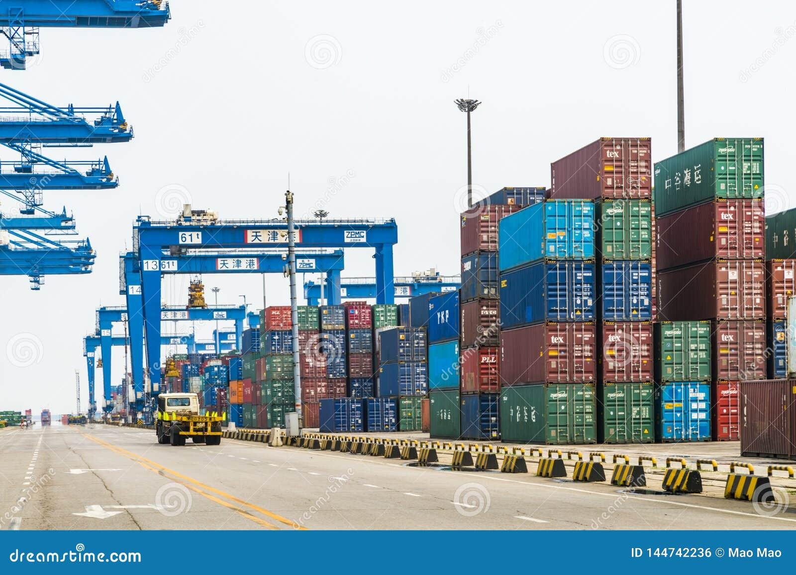 Tientsin Cina - il 4 luglio 2016: Scena del terminale del trasporto del contenitore del porto di Tientsin