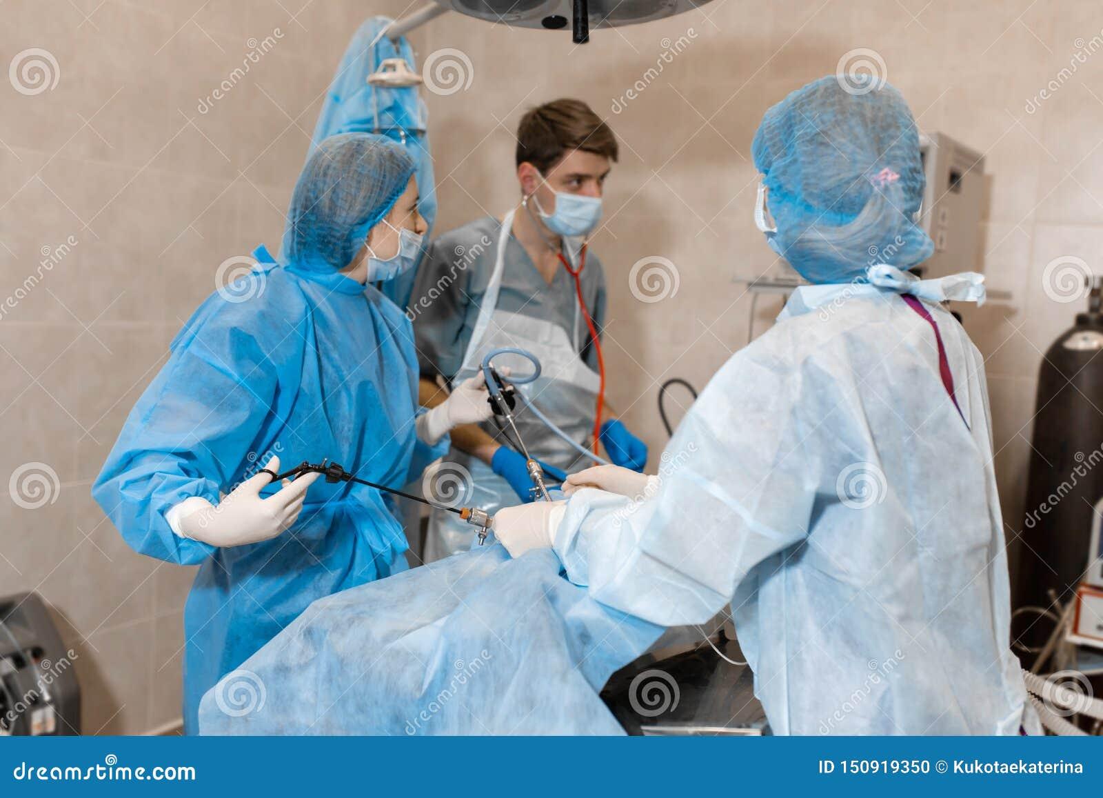 Tierarzt oder Doktorteam, das Chirurgie in der Klinik tut Medizin, Haustier, Tiere, Gesundheitswesen und Leutekonzept