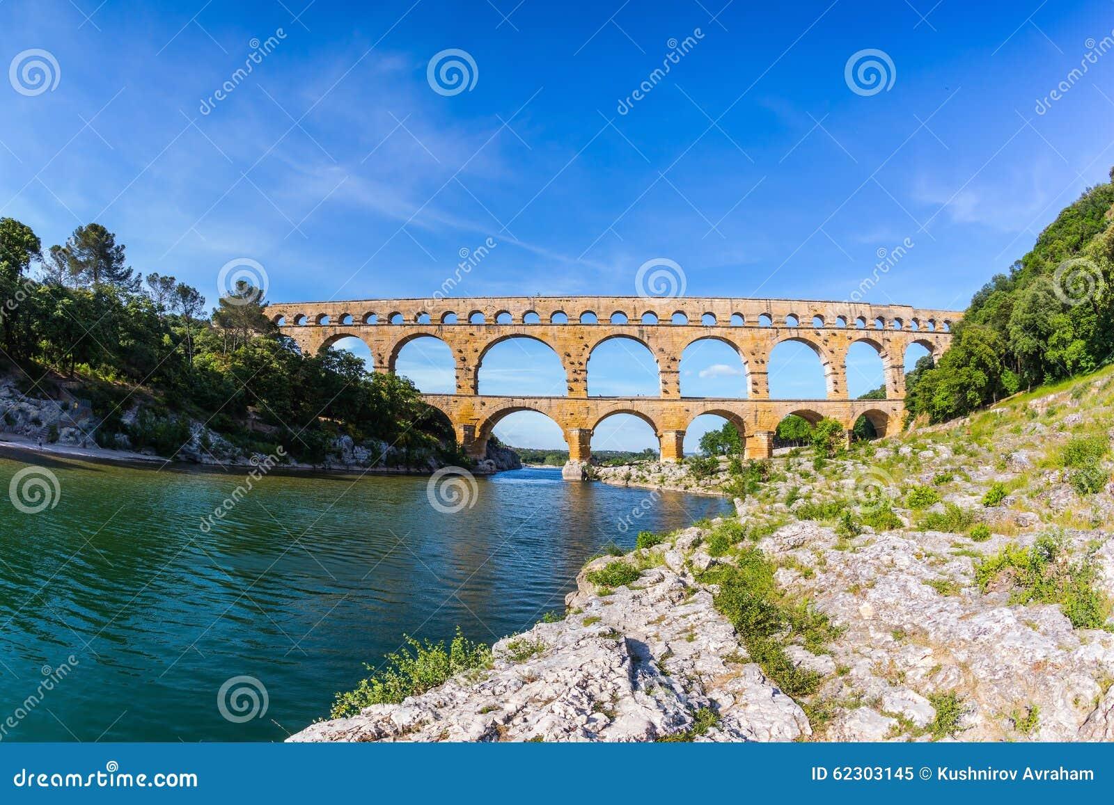 3-tiered мост-водовод Pont du Гар в Провансали