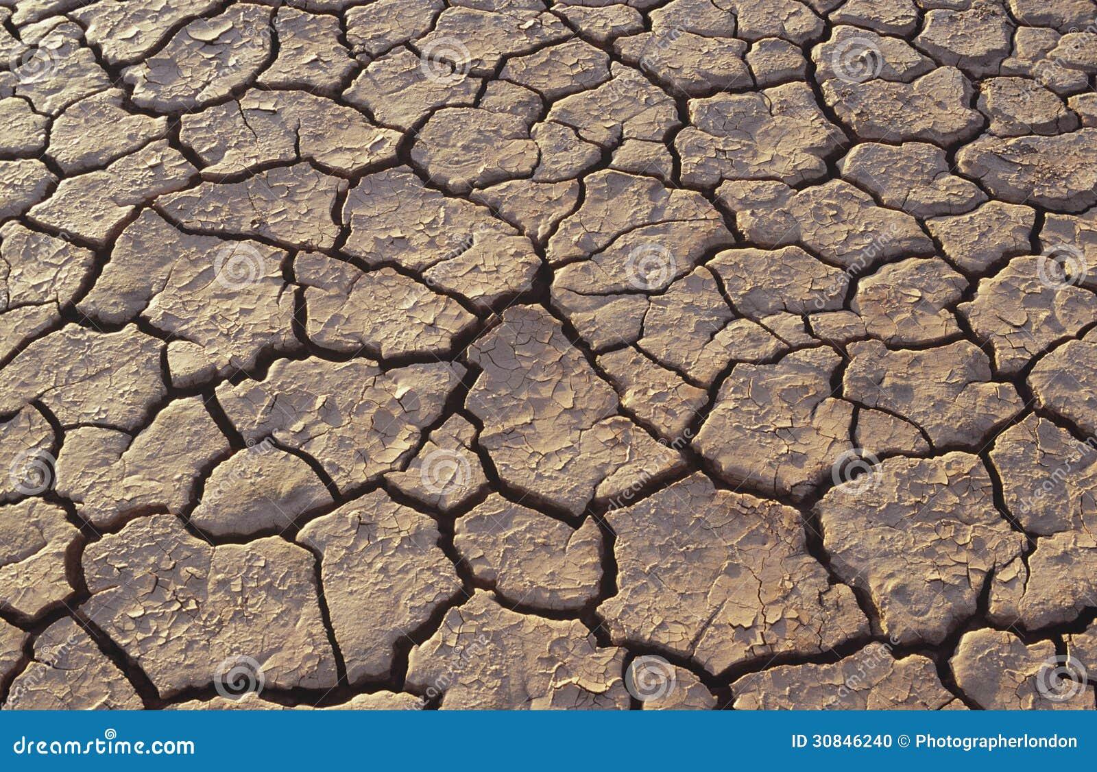 Tierra Agrietada En Marco Completo Del Desierto Foto de archivo ...