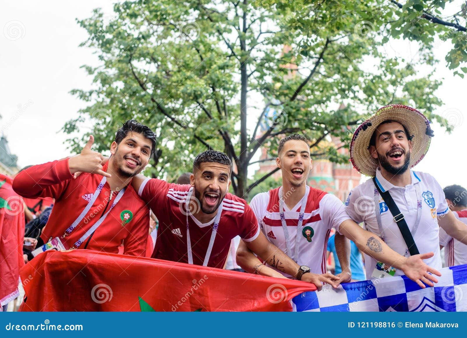 Tifosi marocchini nella pioggia vicino al quadrato rosso a Mosca