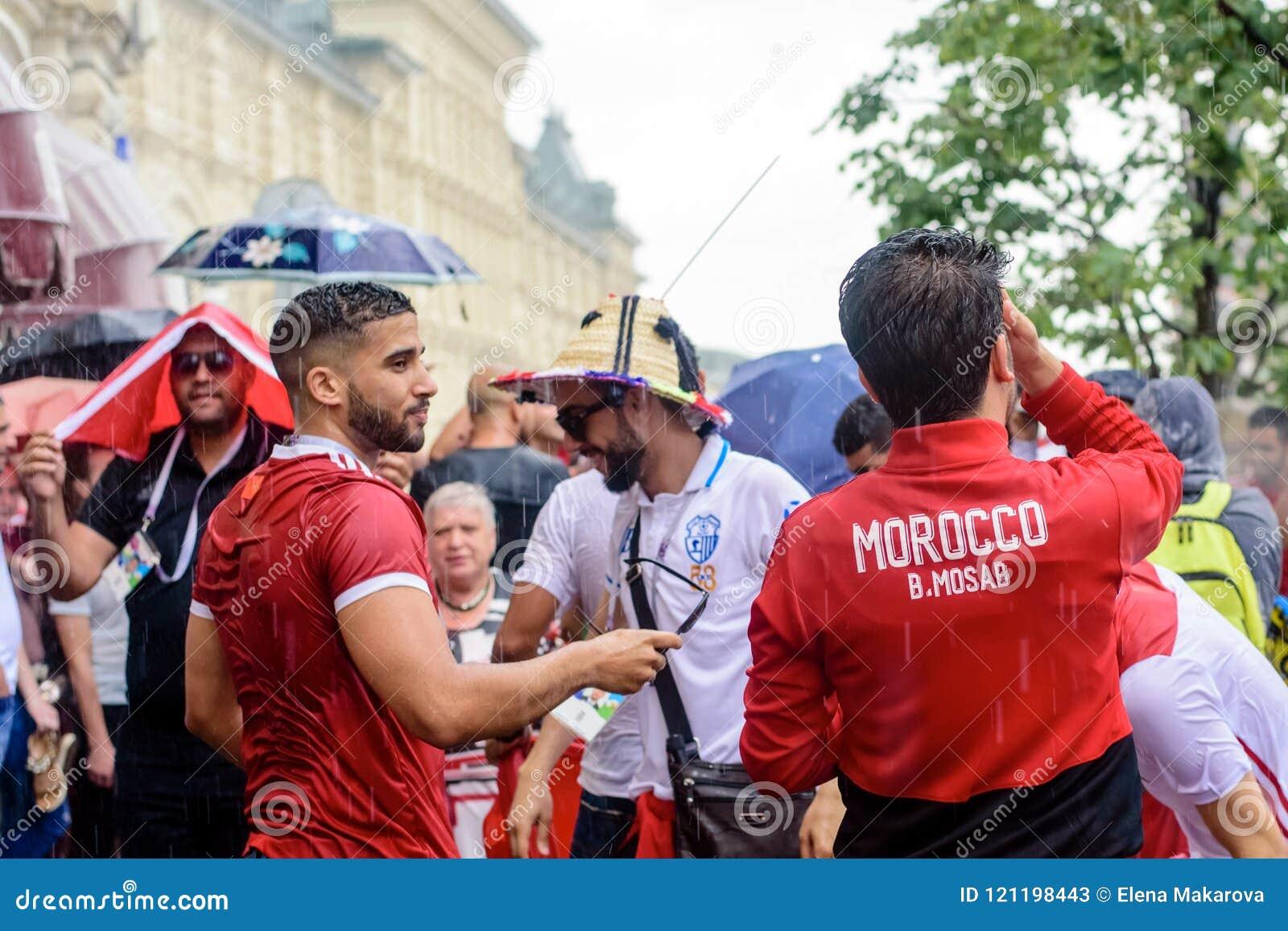 Tifosi marocchini nella pioggia vicino a GOMMA a Mosca