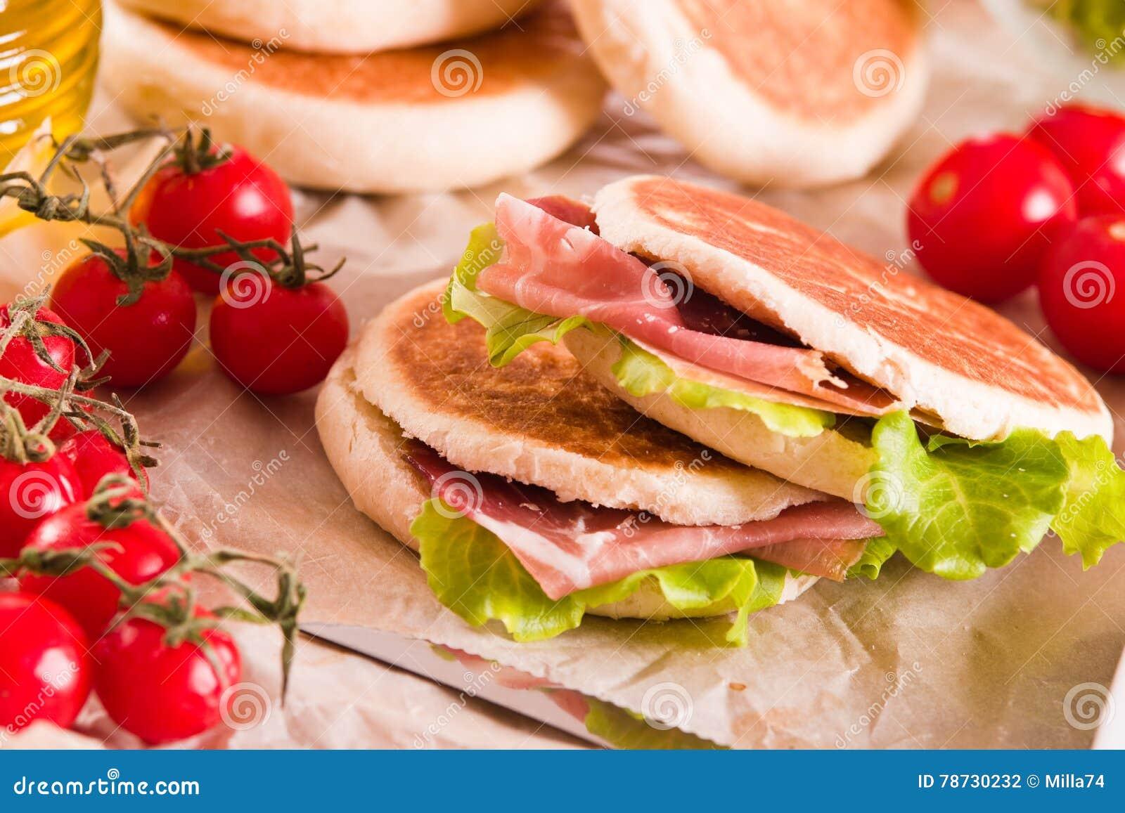 Tigella bröd som är välfyllt med skinka och grönsallat