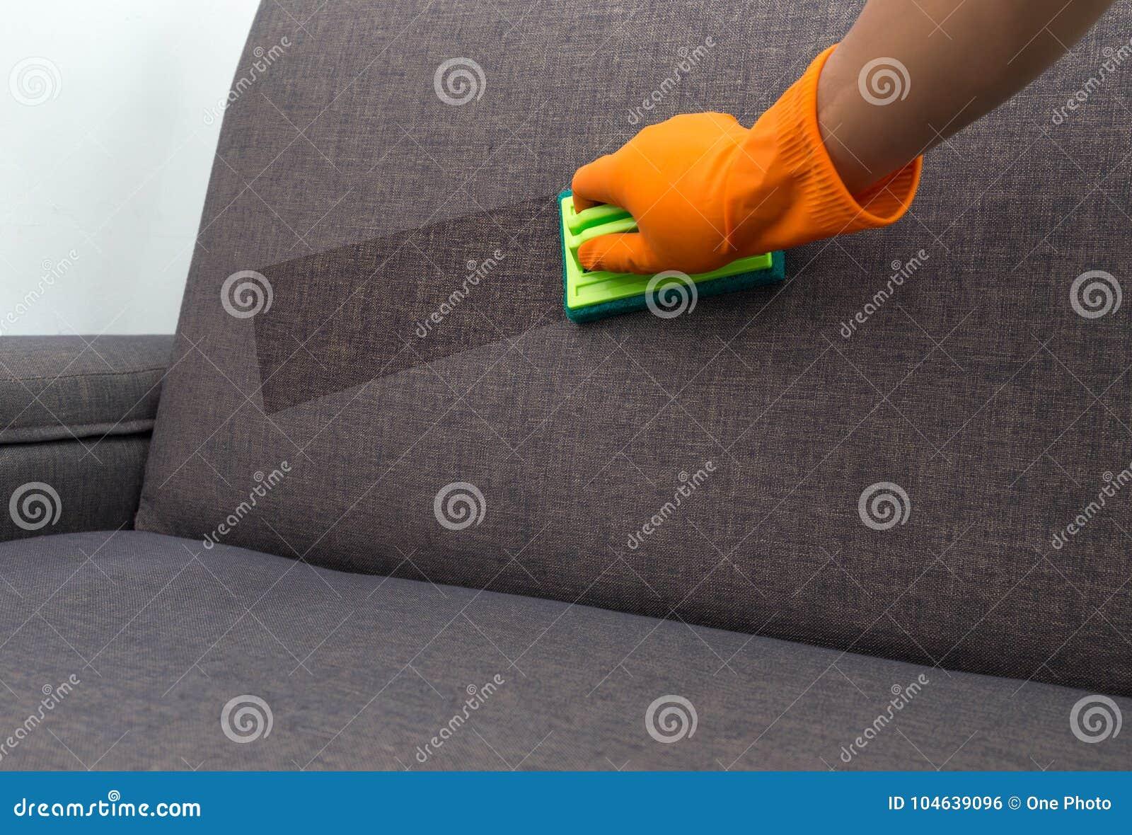 Download Tijd Aan Het Schoonmaken Van De Kwaliteitsberoeps Gemaakt Huis C Van De De Dienstarbeider Stock Foto - Afbeelding bestaande uit beschermend, detergens: 104639096