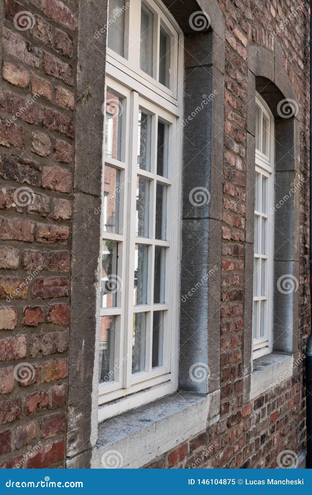 Tijolo e janelas do estilo antigo do close-up