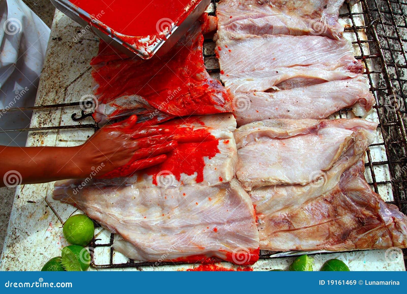 Tikinchik vermelho grelhado do molho do achiote da faixa de peixes