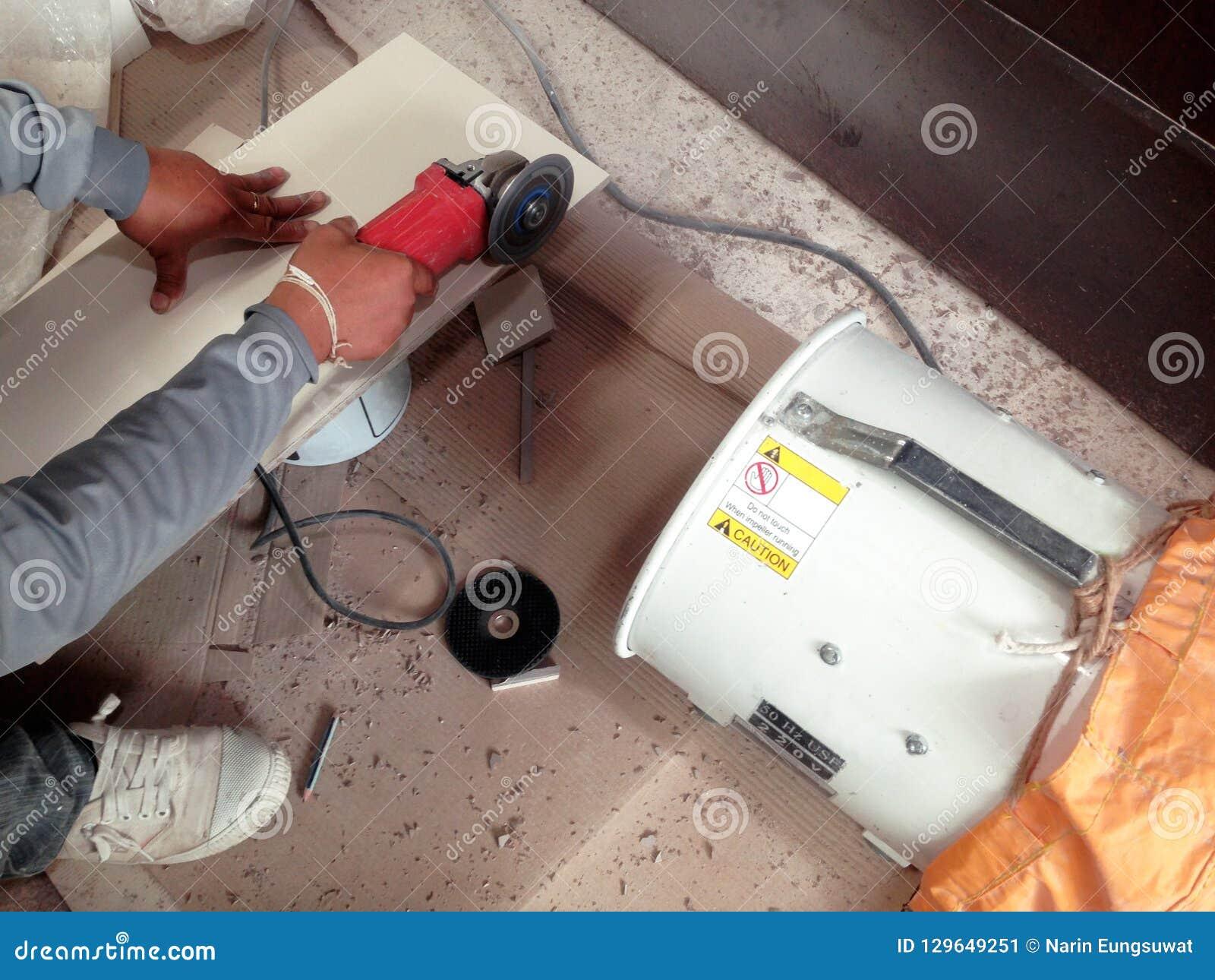 Tiler έκοψε το κεραμίδι από την αλέθοντας μηχανή και το συλλέκτη σκόνης