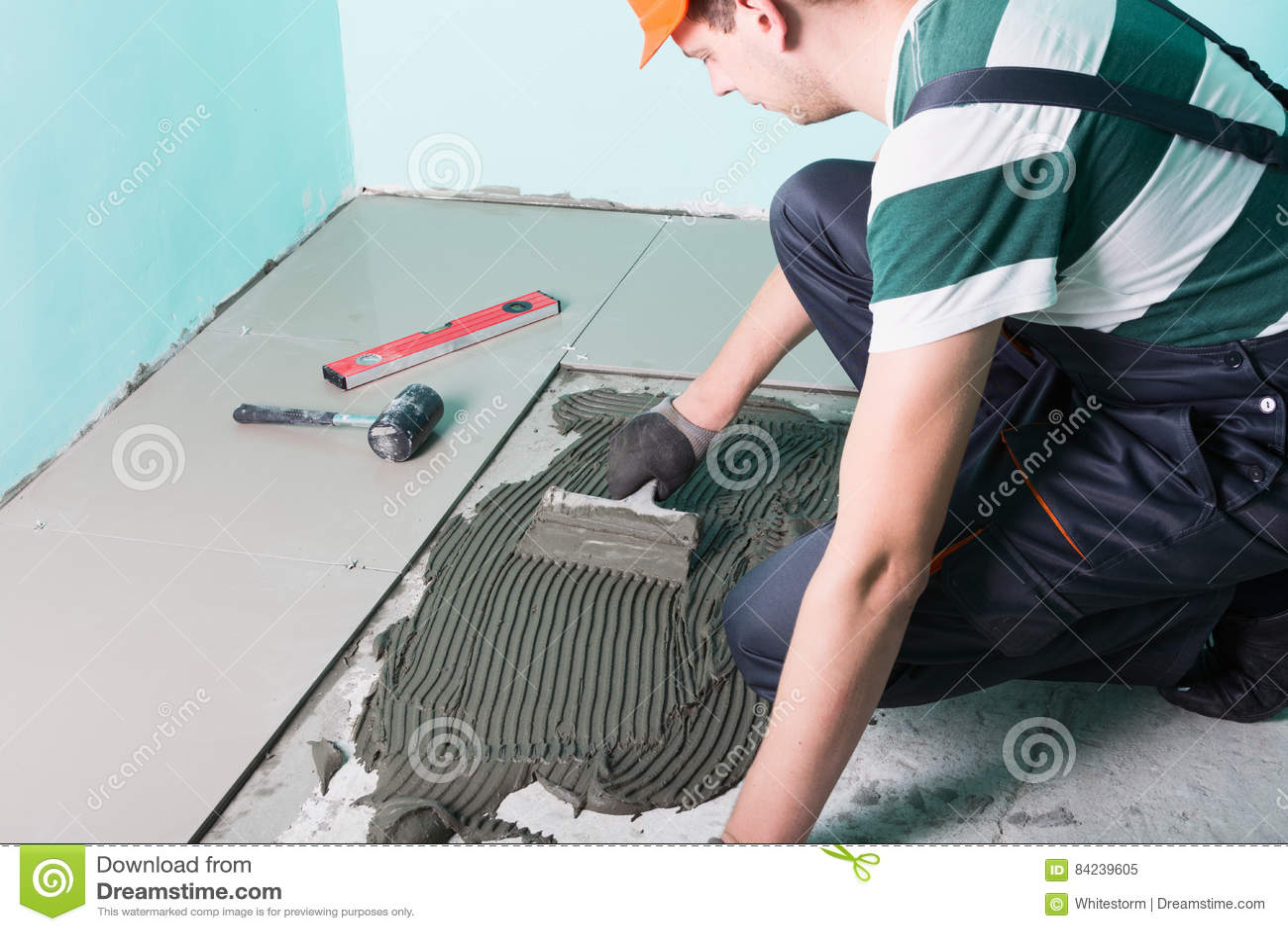 Tiler que instala telhas cerâmicas