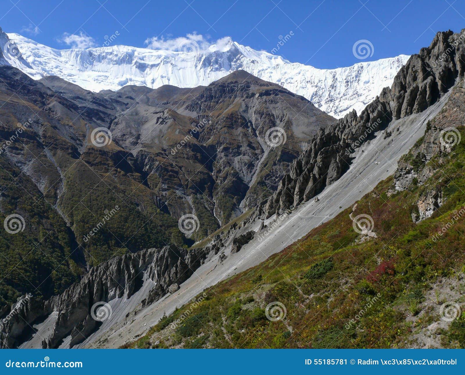 Tilicho enarbola, área del derrumbamiento, rocas erosionadas - manera al campo bajo de Tilicho, Nepal