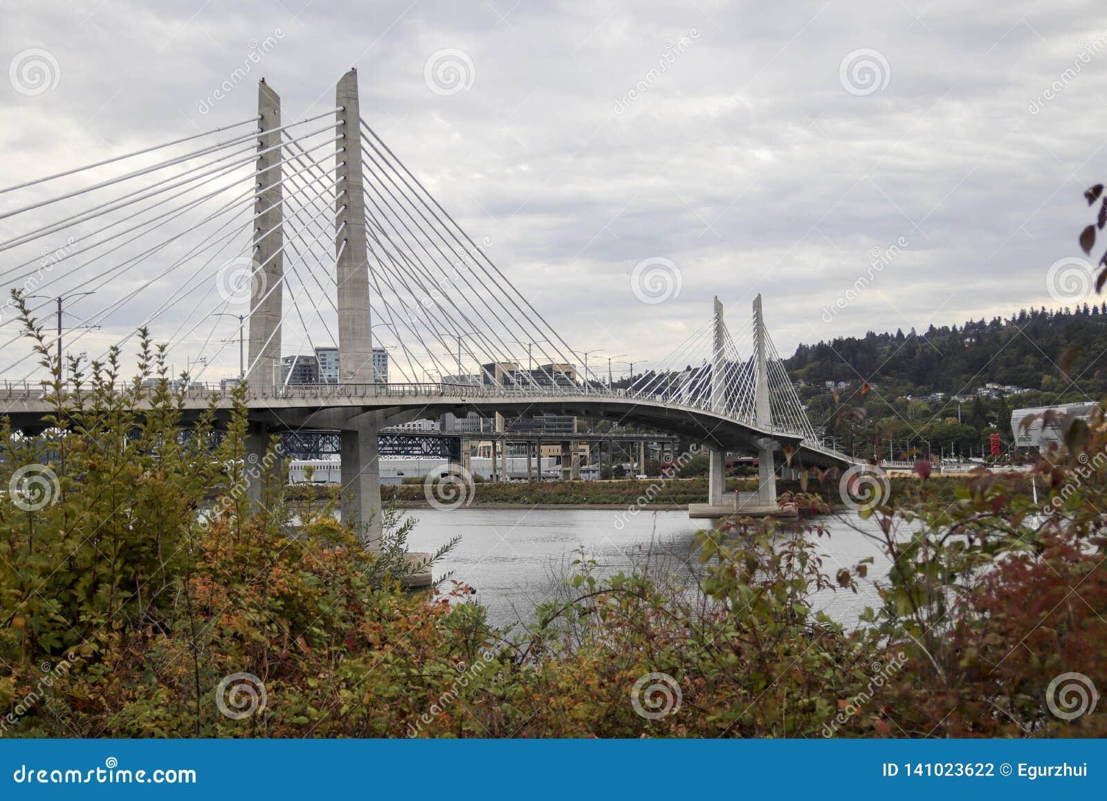 Tilikum που διασχίζει τη γέφυρα στο Πόρτλαντ, Όρεγκον