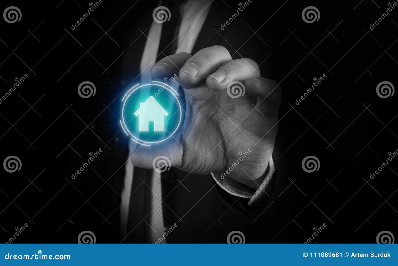 Till en man i en dräkt och ett band i hans händer visas ett futuristiskt diagram av huset Begrepp av: hem- automation, hem- appli