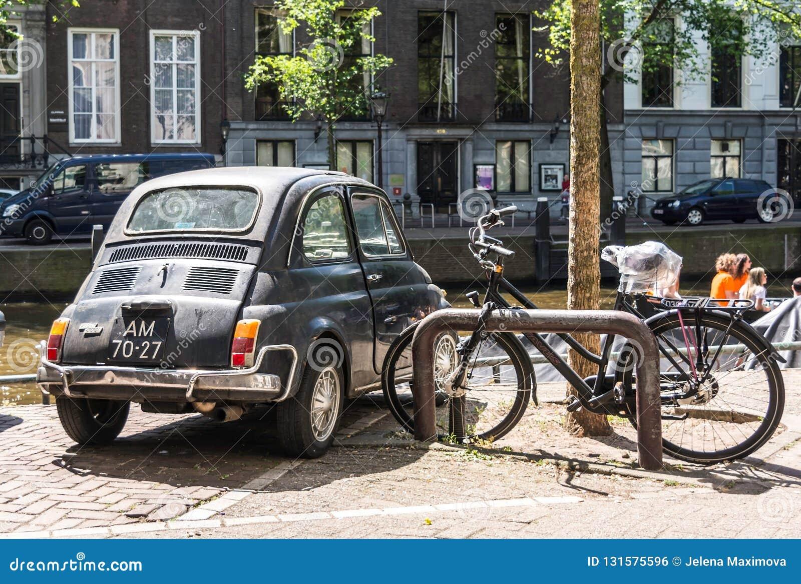Tillbaka av den svarta gamla rostiga italienska lilla bilen Fiat 500L eller Lusso