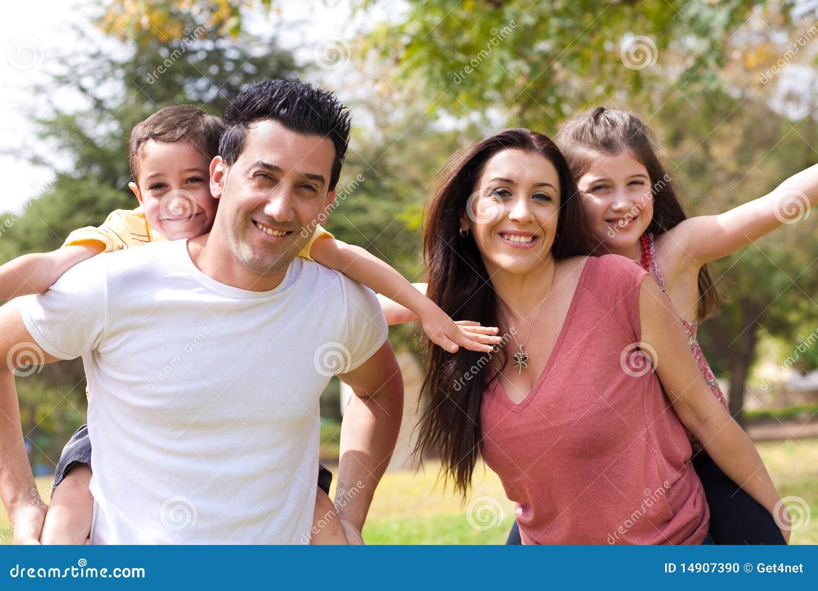 Tillbaka barns föräldrar på ryggen till