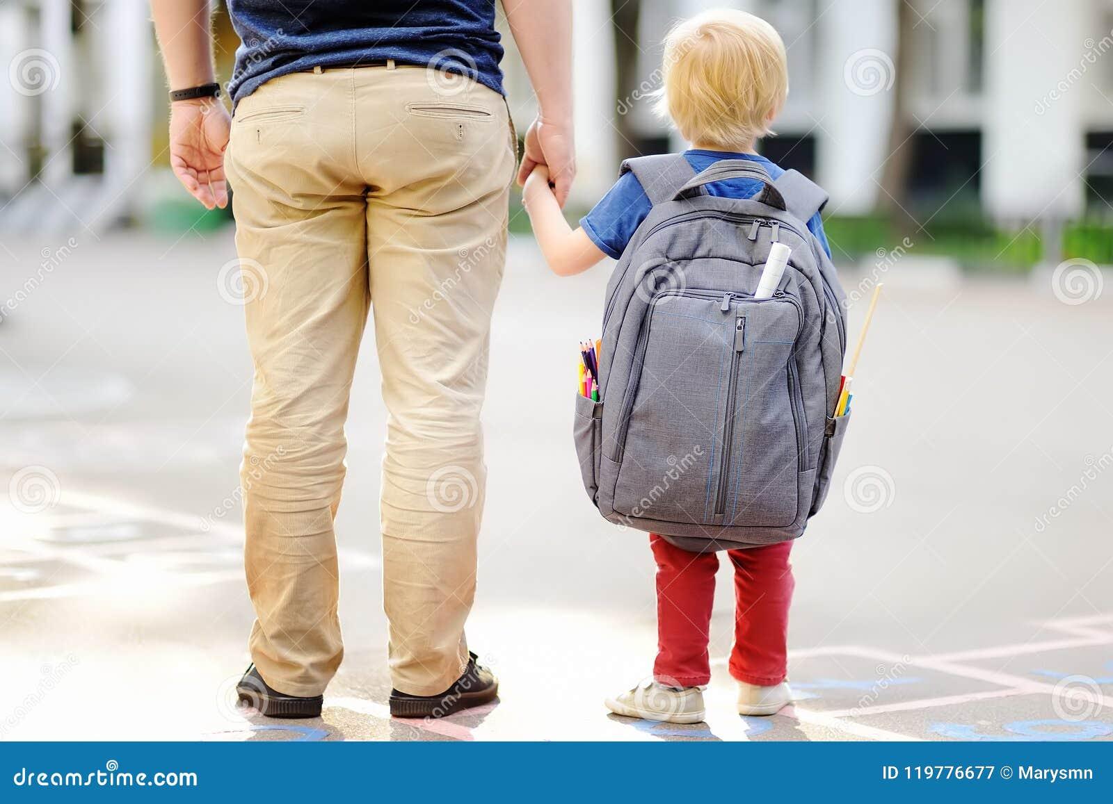 Tillbaka begreppsskola till Liten elev med hans fader Första dag av grundskola för barn mellan 5 och 11 år