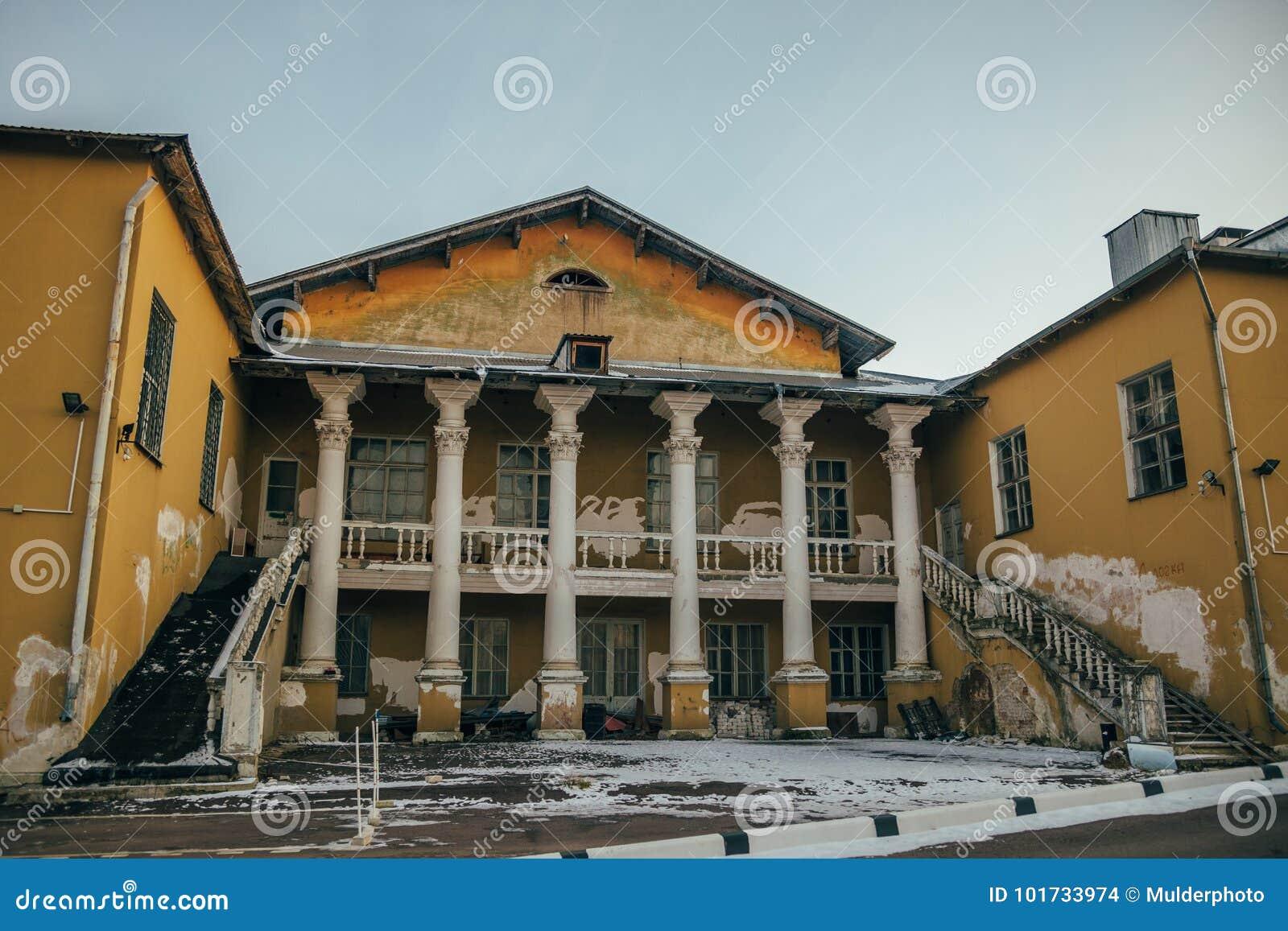 Tillbaka fasad av den övergav sovjetiska slotten av kultur i Voronezh
