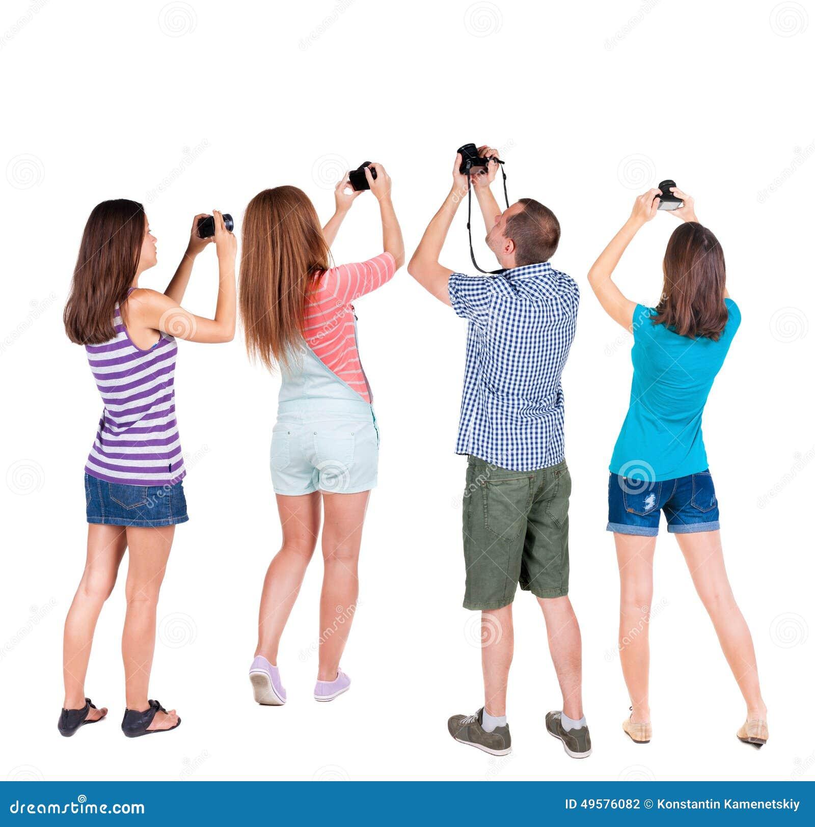 Tillbaka fotograferade dragningar för sikt grupp människor