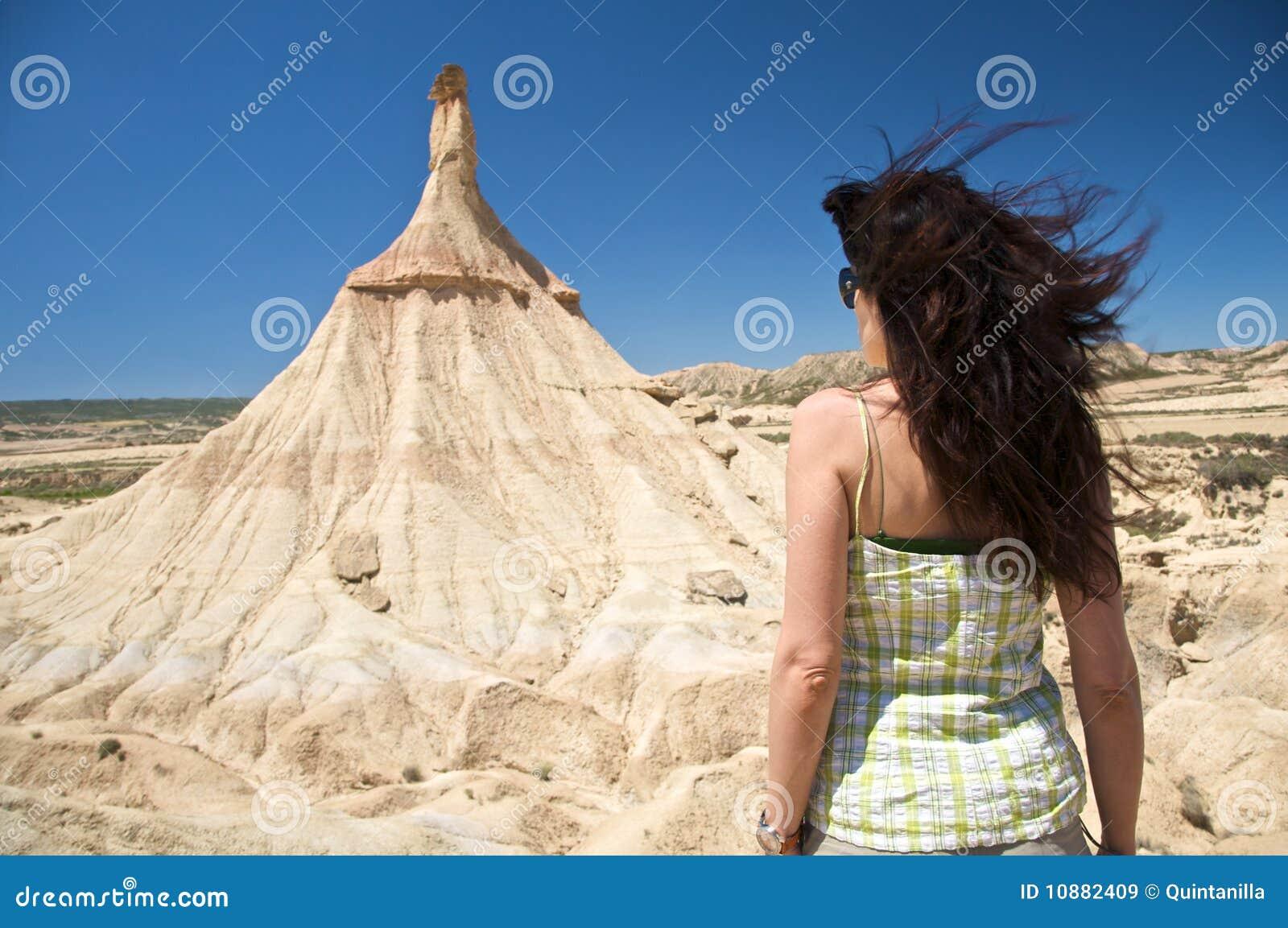 Tillbaka kvinna framme av det sällan berg
