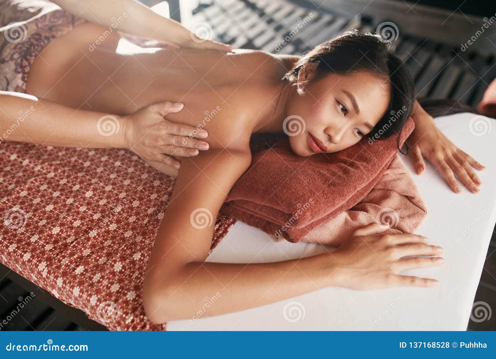 Tillbaka massage på thailändska Spa Kvinna som har kroppmassage på salongen