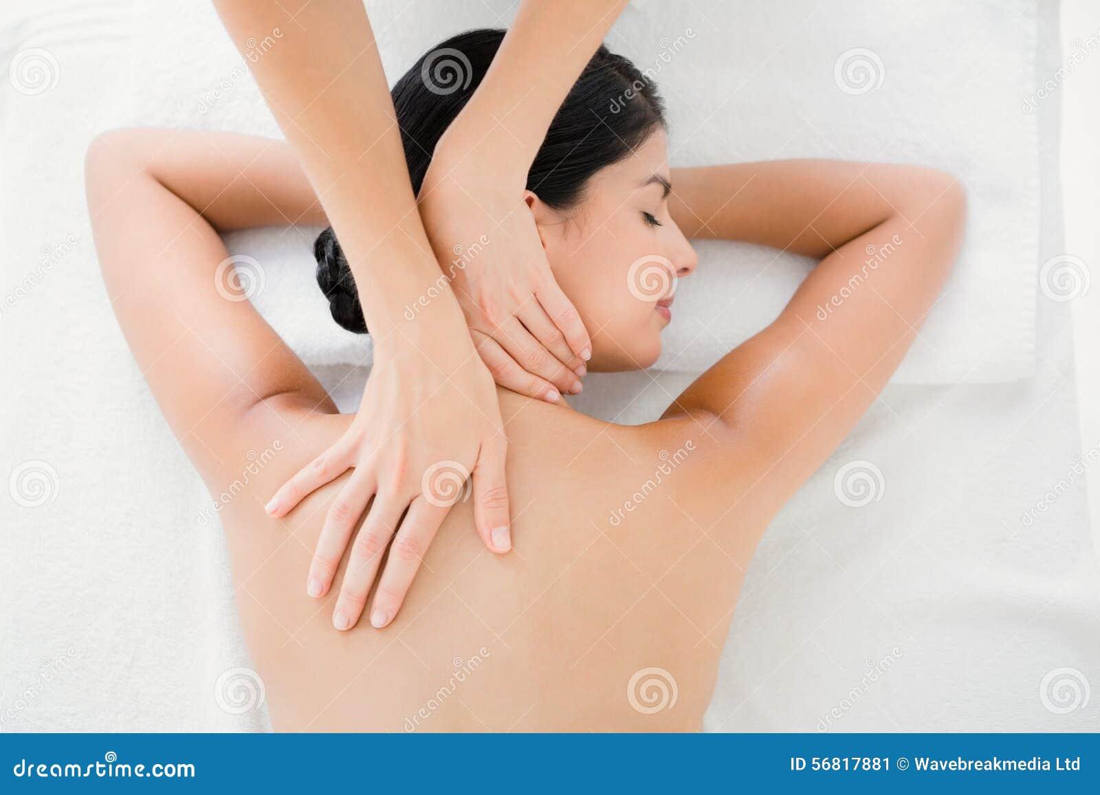 Tillbaka massage som mottar kvinnan