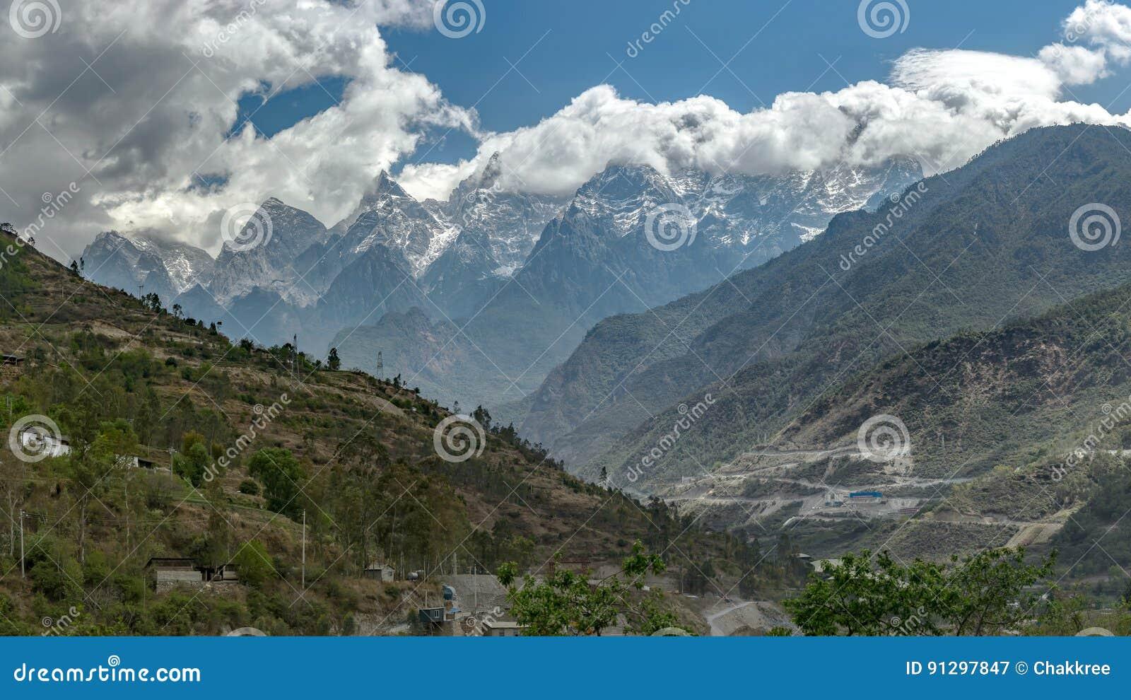 Tillbaka sikt av Jade Dragon Snow Mountain, Yunnan, Kina