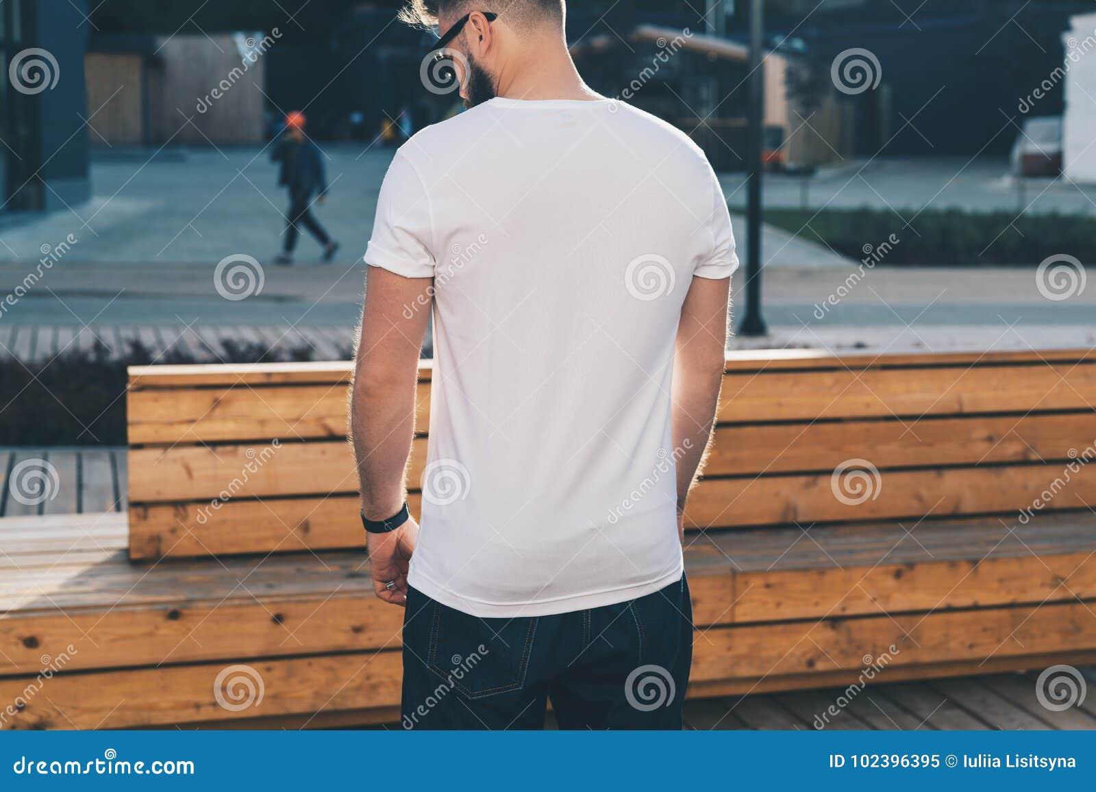 Tillbaka sikt Barnet uppsökte t-skjortan för iklädd vit för hipstermannen, och solglasögon är ställningar på stadsgatan Åtlöje up