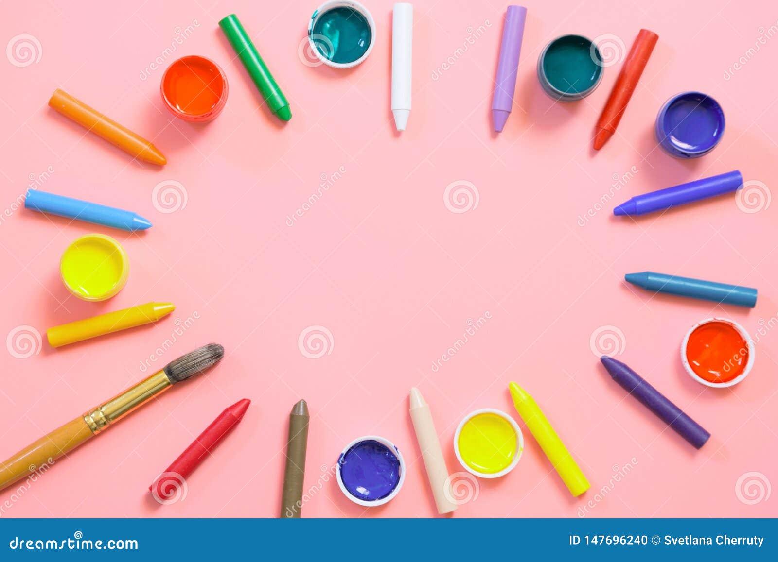 Tillbaka skola till F?rgrika vaxf?rgpennor, m?larf?rger f?r id?rikt p? rosa f?rger kopiera avst?nd Top besk?dar