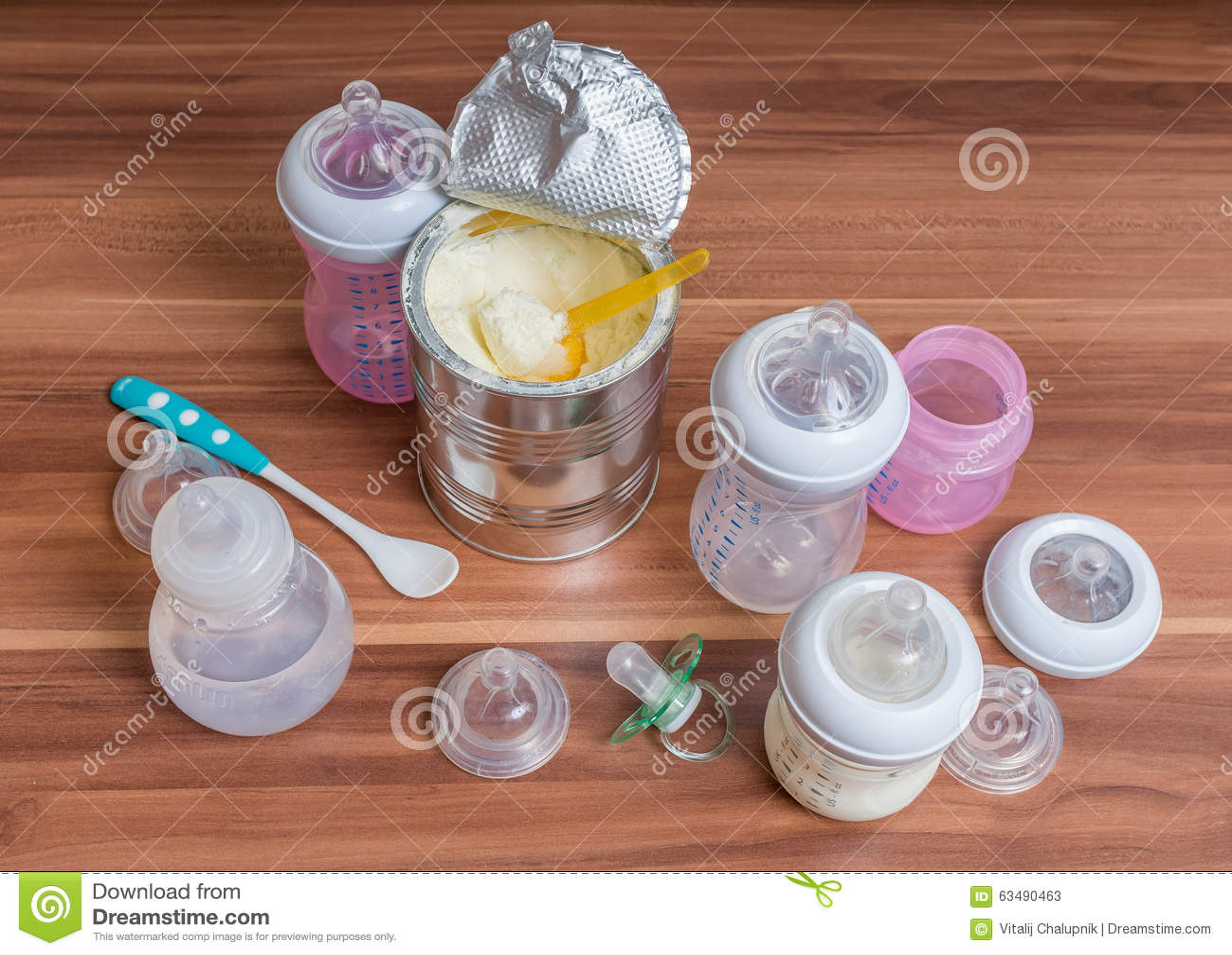 Tillbehören för matning behandla som ett barn - flaskor, spenar och mjölkar formel