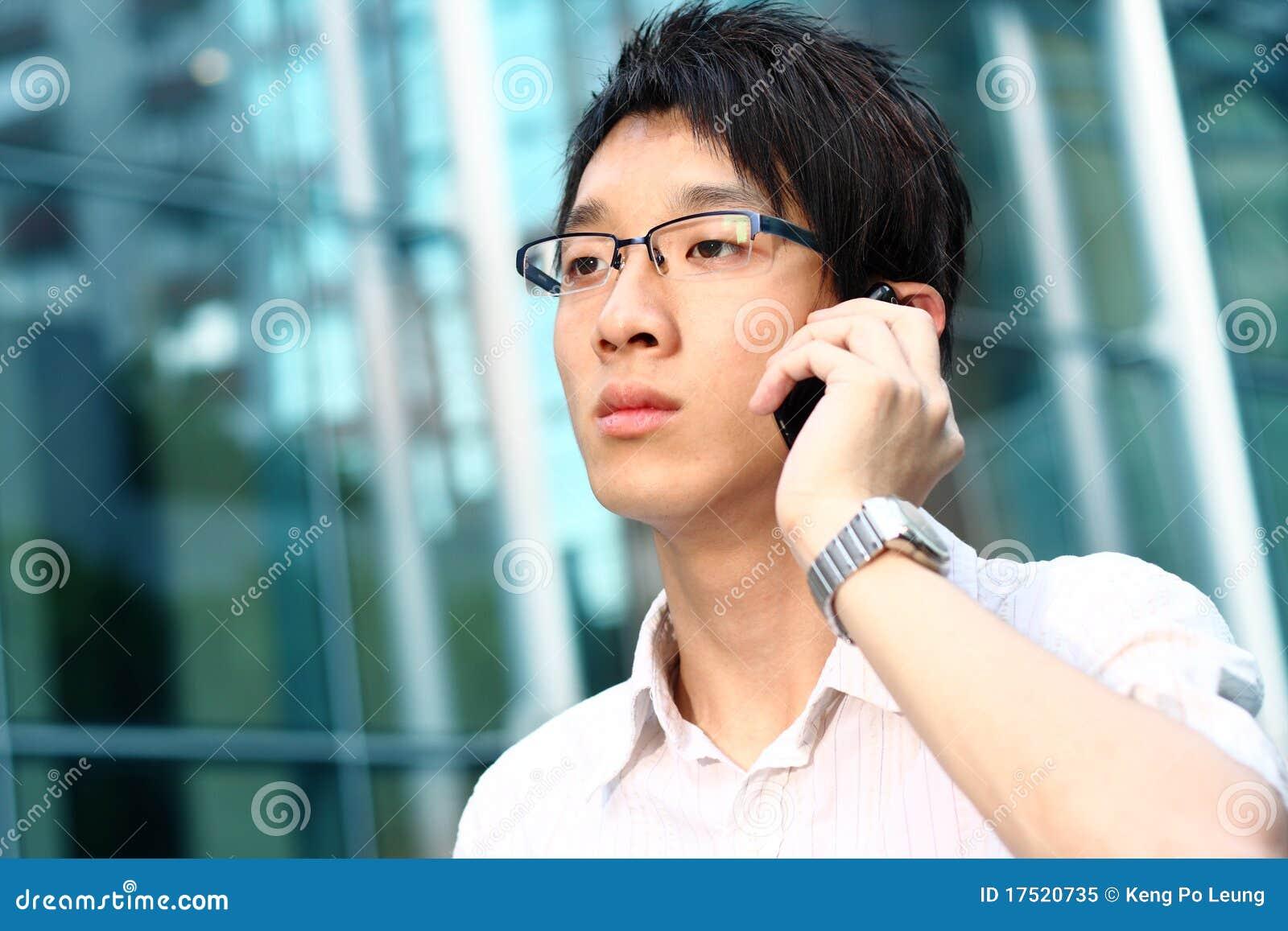Tillfällig cell för asiatisk affärsman hans telefonsamtal