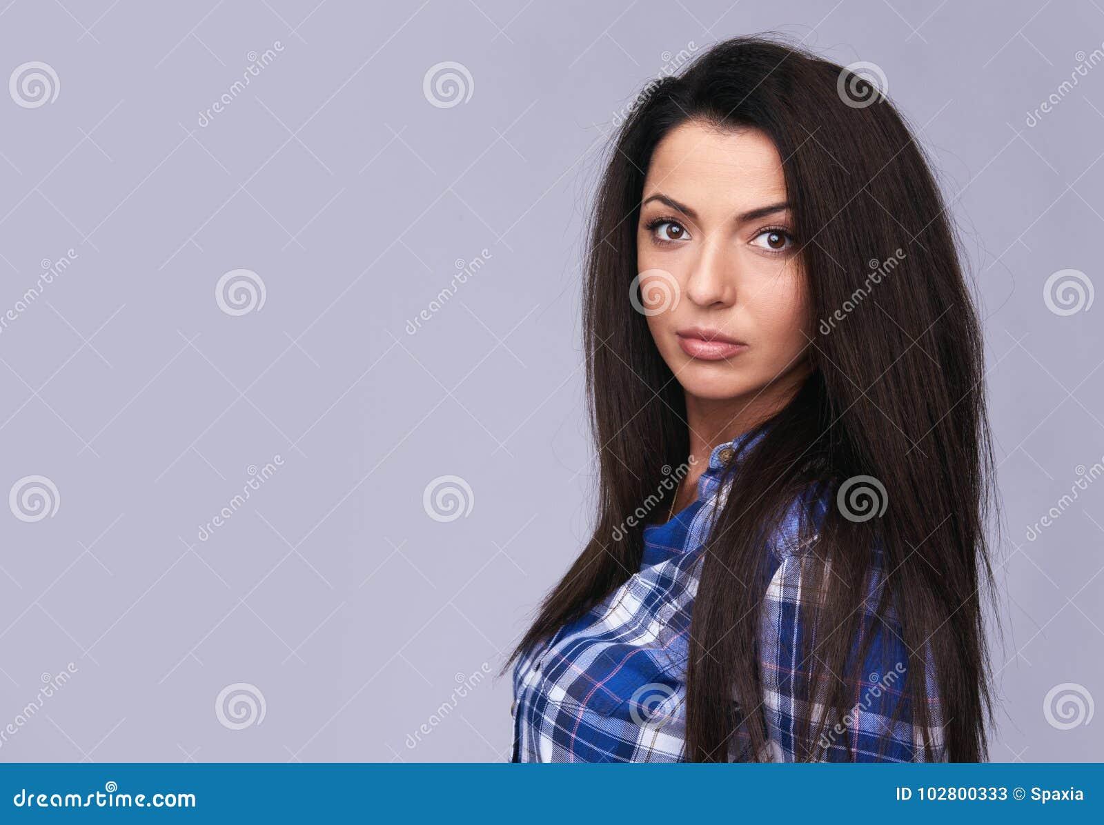Tillfällig härlig ung brunettkvinna isolerat