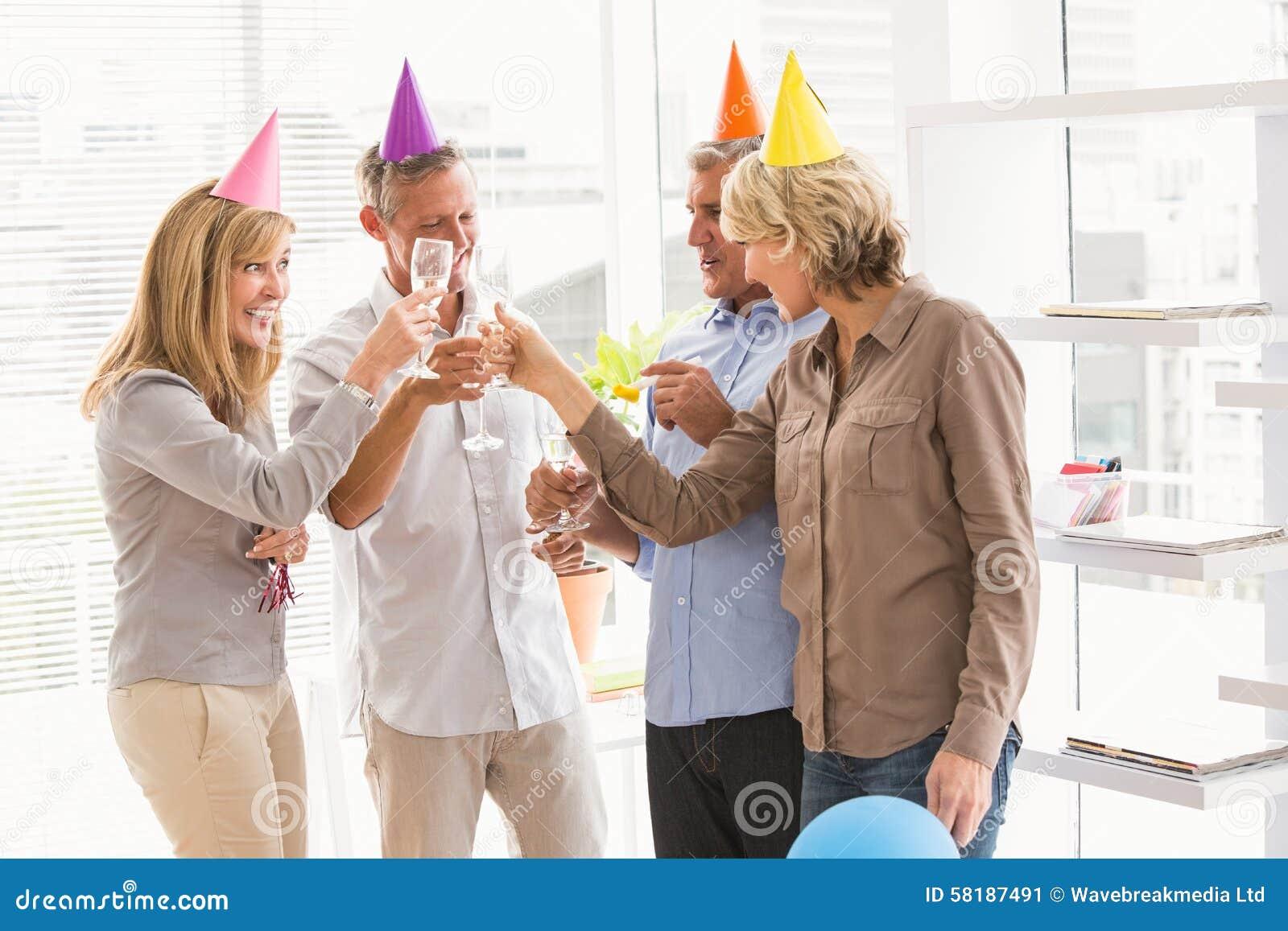 Tillfälligt affärsfolk som rostar och firar födelsedag