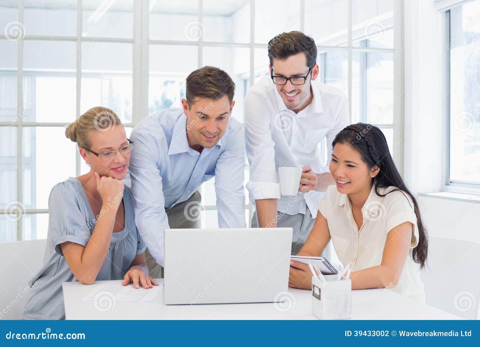 Tillfälligt affärslag som tillsammans ser bärbara datorn