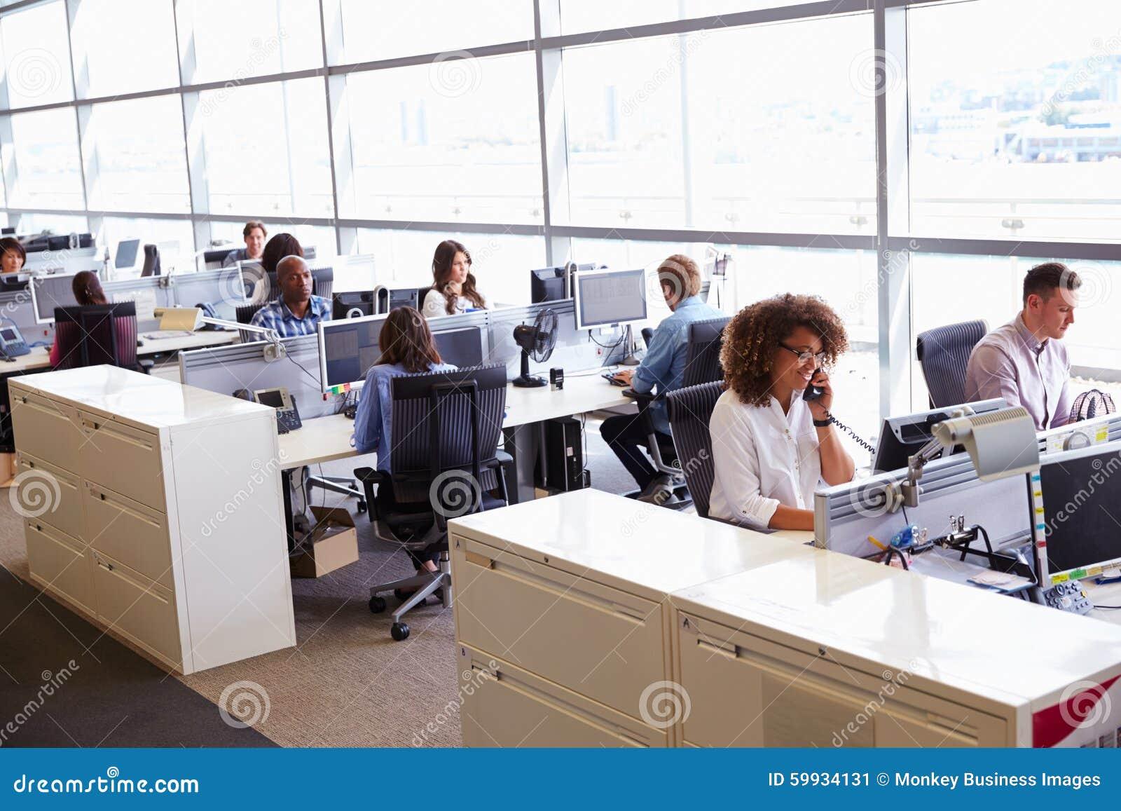 Tillfälligt klädda arbetare i ett upptaget öppnar plankontoret
