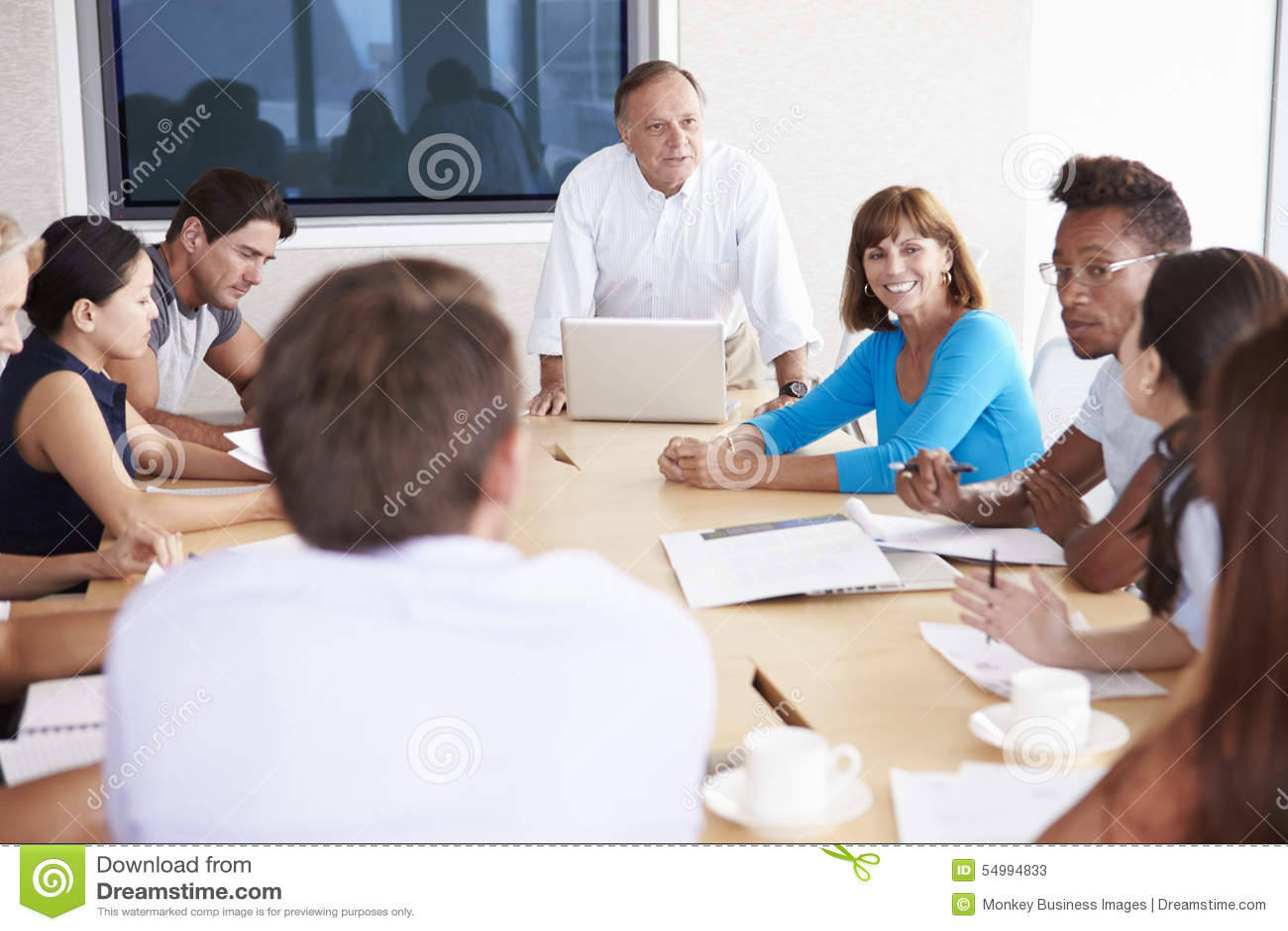 Tillfälligt klädda Businesspeople som har möte i styrelse