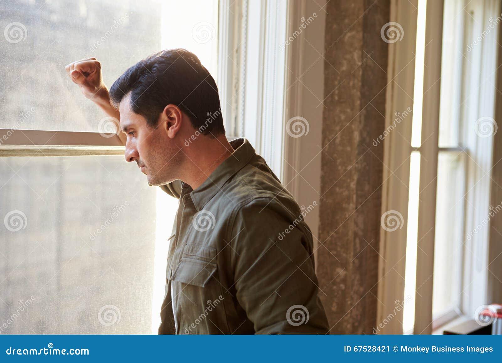 Tillfälligt klätt fönster för affärsmanLooking Out Of kontor