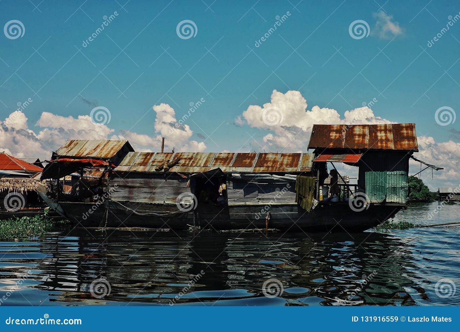 Tillfälligt sväva fartyg som husbyggnad i mitt av den översvämmade sjön
