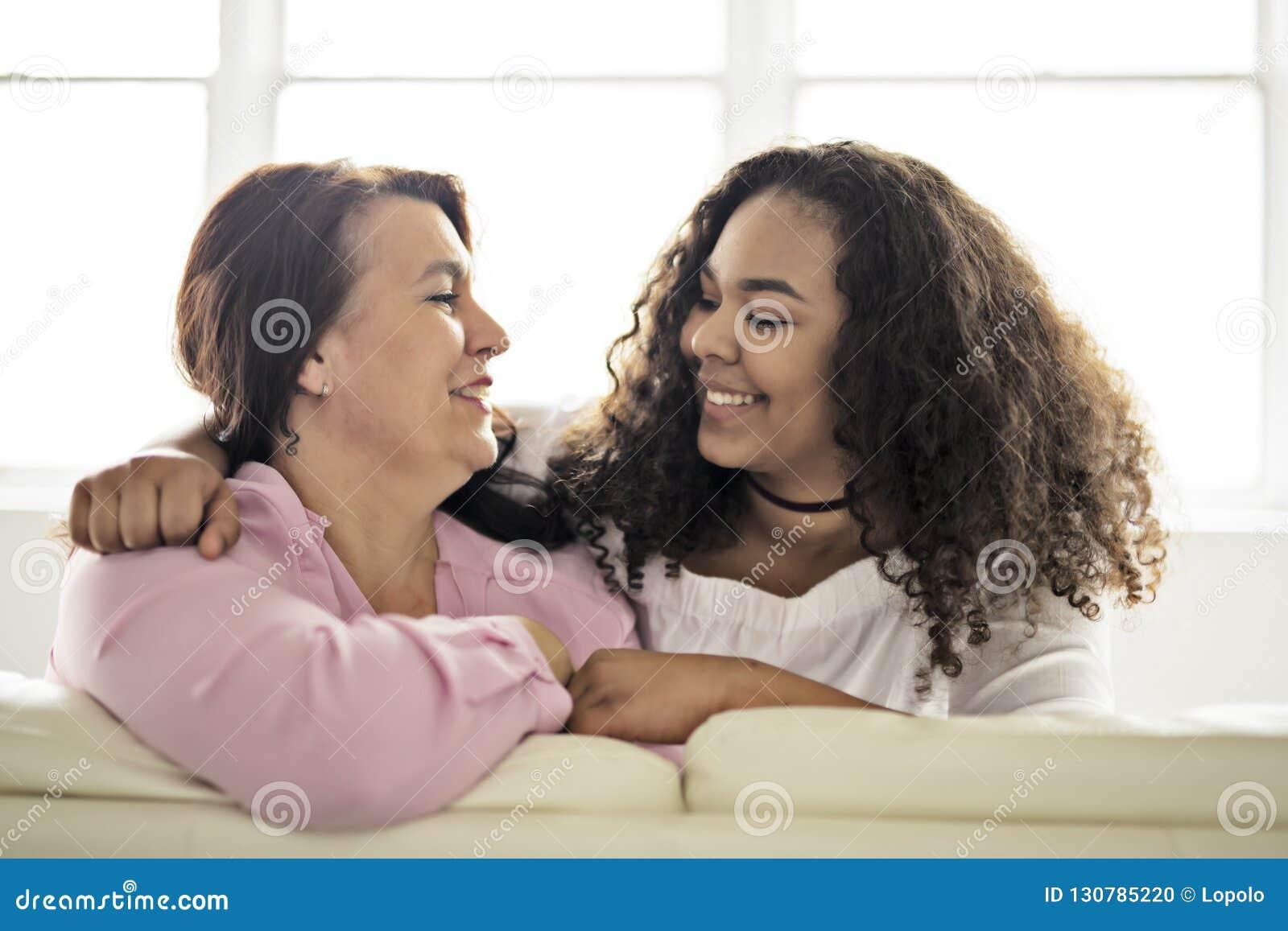 Tillgivet moder- och dottersammanträde på soffan