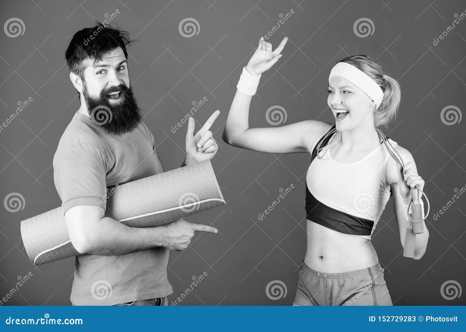 Tillsammans starkare Sportutrustning Sportig parutbildning med matt kondition och ?verhopprepet Sk?ggig man f?r lycklig kvinna