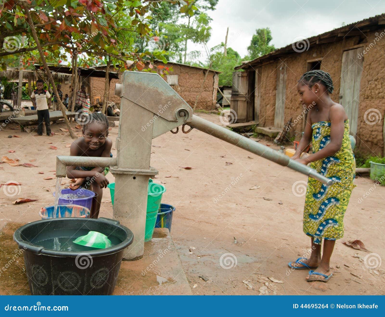 Tilltalande vatten för afrikanskt lantligt flickabarn