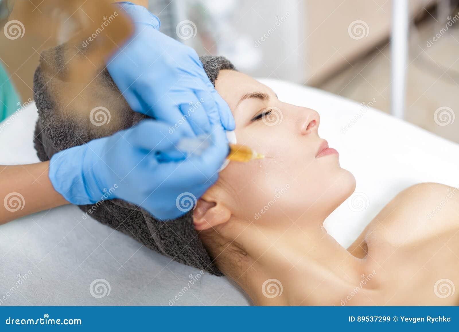 TillvägagångssättPlasmolifting injektion plasmainjektion in i huden av kinder av patienten