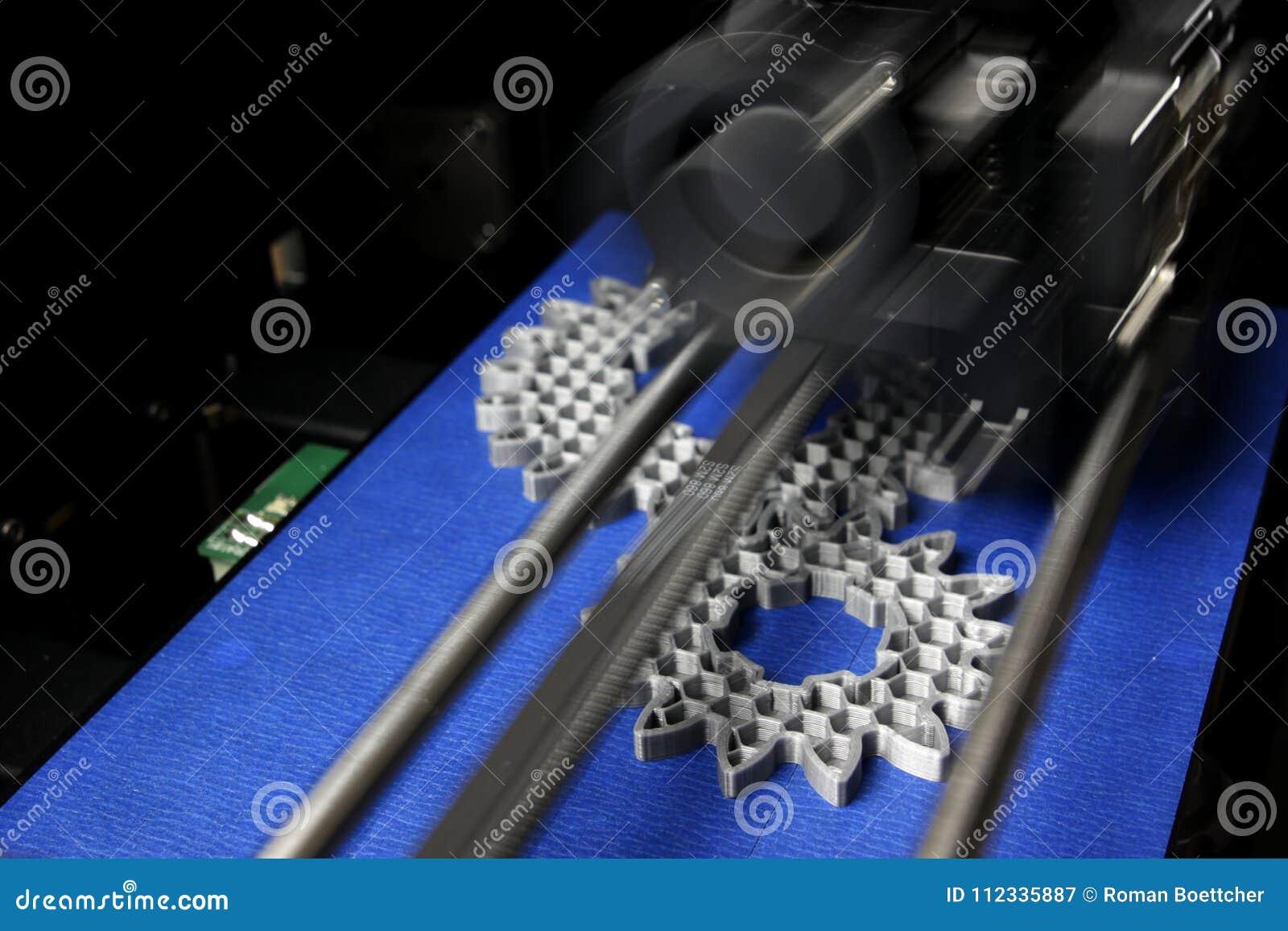 Tillverkning för FDM 3D-printer sporrar kugghjul från silver-grå färger glödtråd på bandet för det blåa trycket